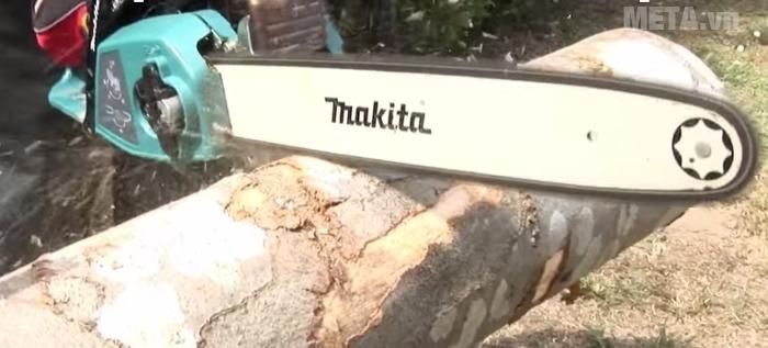 Máy cưa xích chạy xăng Makita EA3201S40B cắt những cây gỗ lớn nhanh chóng.