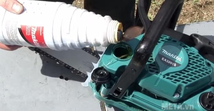 Bình chứa nhiên liệu của máy cưa xích chạy xăng Makita EA3201S40B