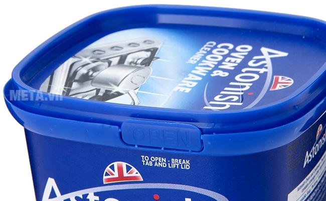 Chất tẩy rửa dụng cụ nhà bếp Astonish 500g dạng hộp nhựa nhỏ gọn.