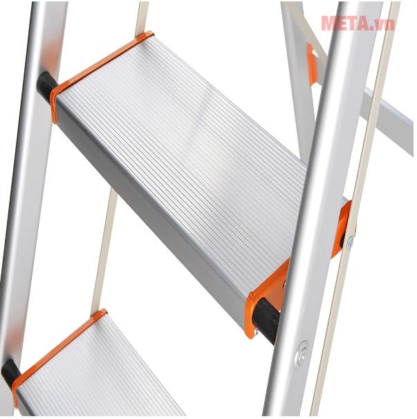 Thang ghế 3 bậc Nikawa NKA03 với thiết kế mặt thang bản rộng.