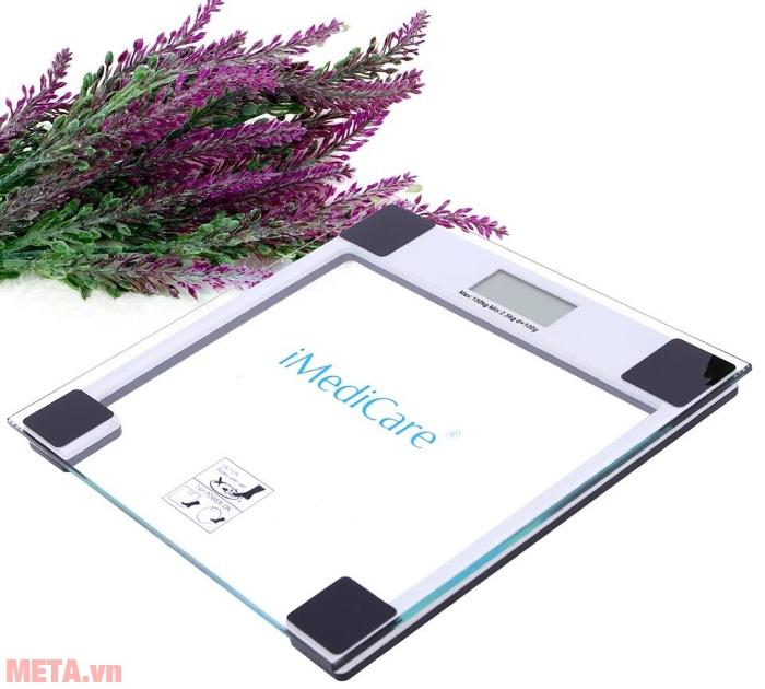 Cân điện tử iMediCare IB 303/310 có mặt kính trong suốt, in logo hãng trên bề mặt cân.