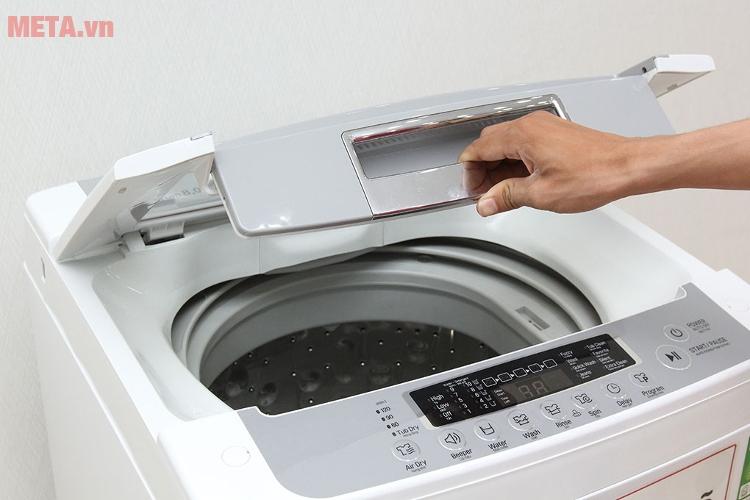 Máy giặt lồng đứng LG WF-S8019BW thiết kế cửa trên nên cho quần áo vào tiện hơn.