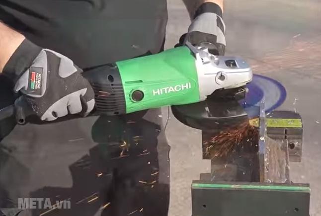 Máy mài góc Hitachi G23SS có 2 tay cầm nên điều khiển thao tác mài chính xác.