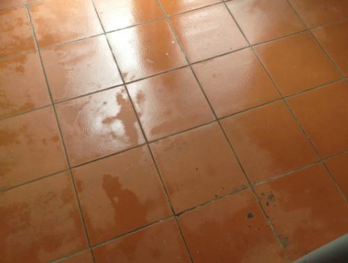 Nền nhà ẩm ướt