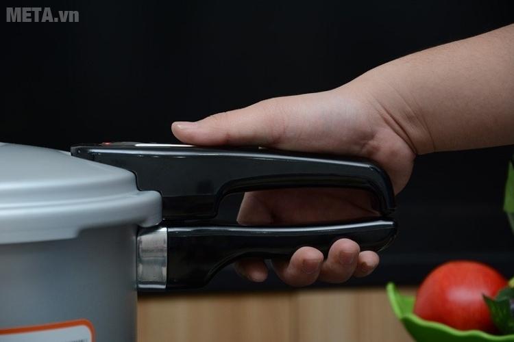 Tay cầm của nồi áp suất oxy hóa mềm bếp điện từ Supor YL183F5 bằng nhựa chịu nhiệt.