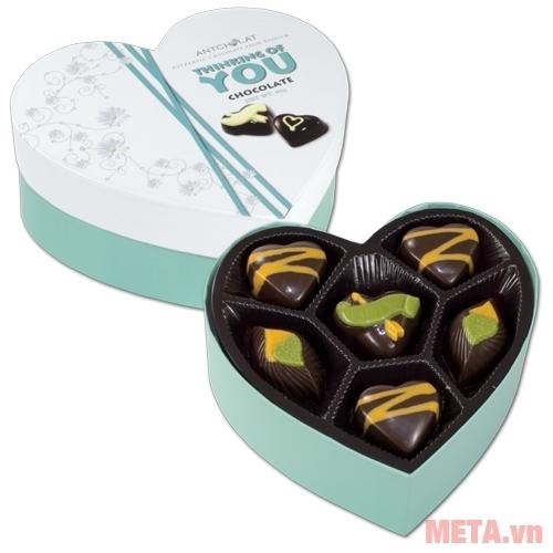 Hộp socola Thinking Of You 83g thiết kế hình tim thật dễ thương.