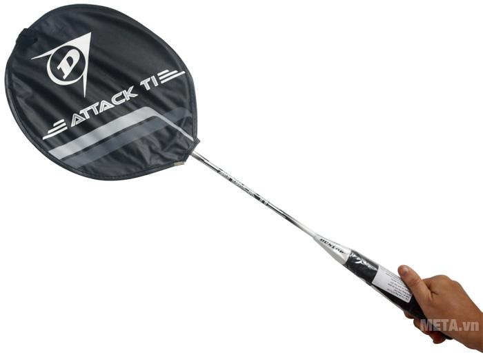 Vợt cầu lông Dunlop Attack TI G1 HH có đầu bọc giúp bảo vệ đầu vợt không bị xước.