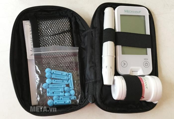 Máy đo đường huyết Medisana Meditouch 2 có túi đựng đi kèm giúp bảo quản máy và phụ kiện gọn gàng.