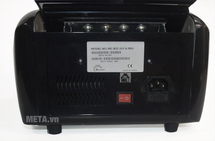 Công tắc nguồn của máy đếm tiền Silicon MC-B52 thiết kế ở phía sau máy.Công tắc nguồn của máy đếm tiền Silicon MC-B52 thiết kế ở phía sau máy.