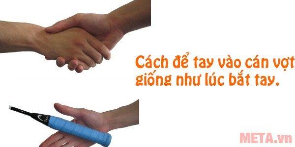 Hình 2 - Xòe lòng bàn tay ra và cầm giữa cán vợt