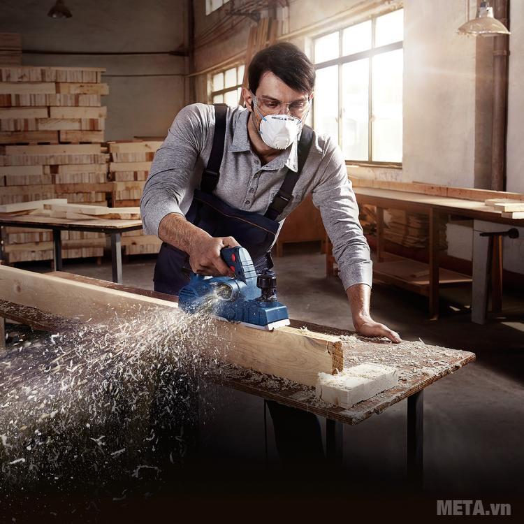 Máy bào gỗ cầm tay Bosch giúp thợ mộc hoàn thành công việc nhanh chóng hơn