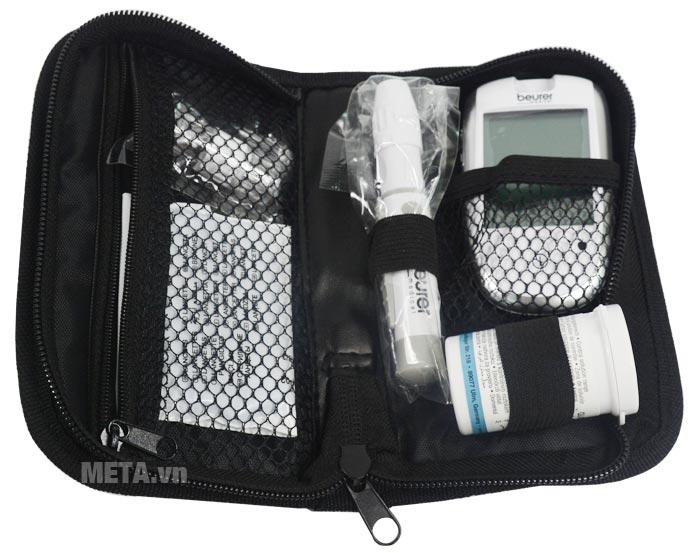 Máy đo đường huyết Beurer GL42 và phụ kiện được sắp xếp gọn gàng trong túi.