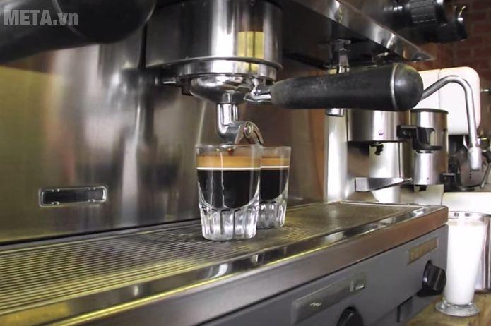 Máy pha cà phê Faema E98 Auto trang bị vòi chảy 2 tách giúp pha cà phê nhanh hơn.