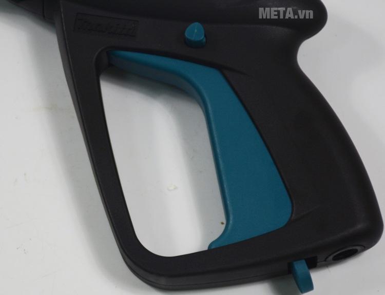 Báng súng máy rửa xe Makita với thiết kế báng tay cầm.