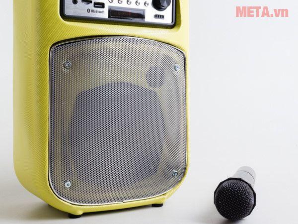 Loa SoundMax M-1 có thùng loa bằng nhựa.
