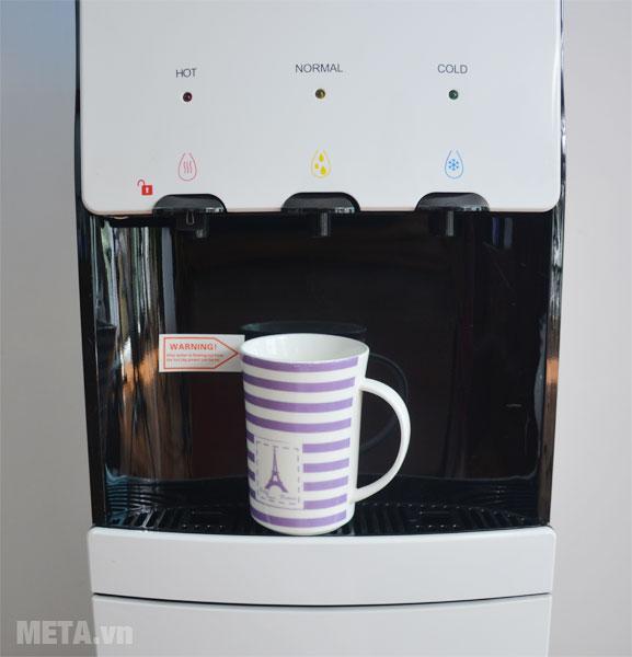 Cây nước nóng lạnh FujiE WDBD20E có 3 vòi rót riêng biệt: vòi nước nóng, vòi nước lạnh và vòi nước thường.