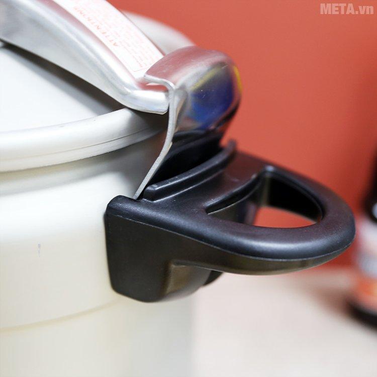 Tay cầm của nồi áp suất Tianxi TCO22 chắc chắn giúp bê nồi an toàn
